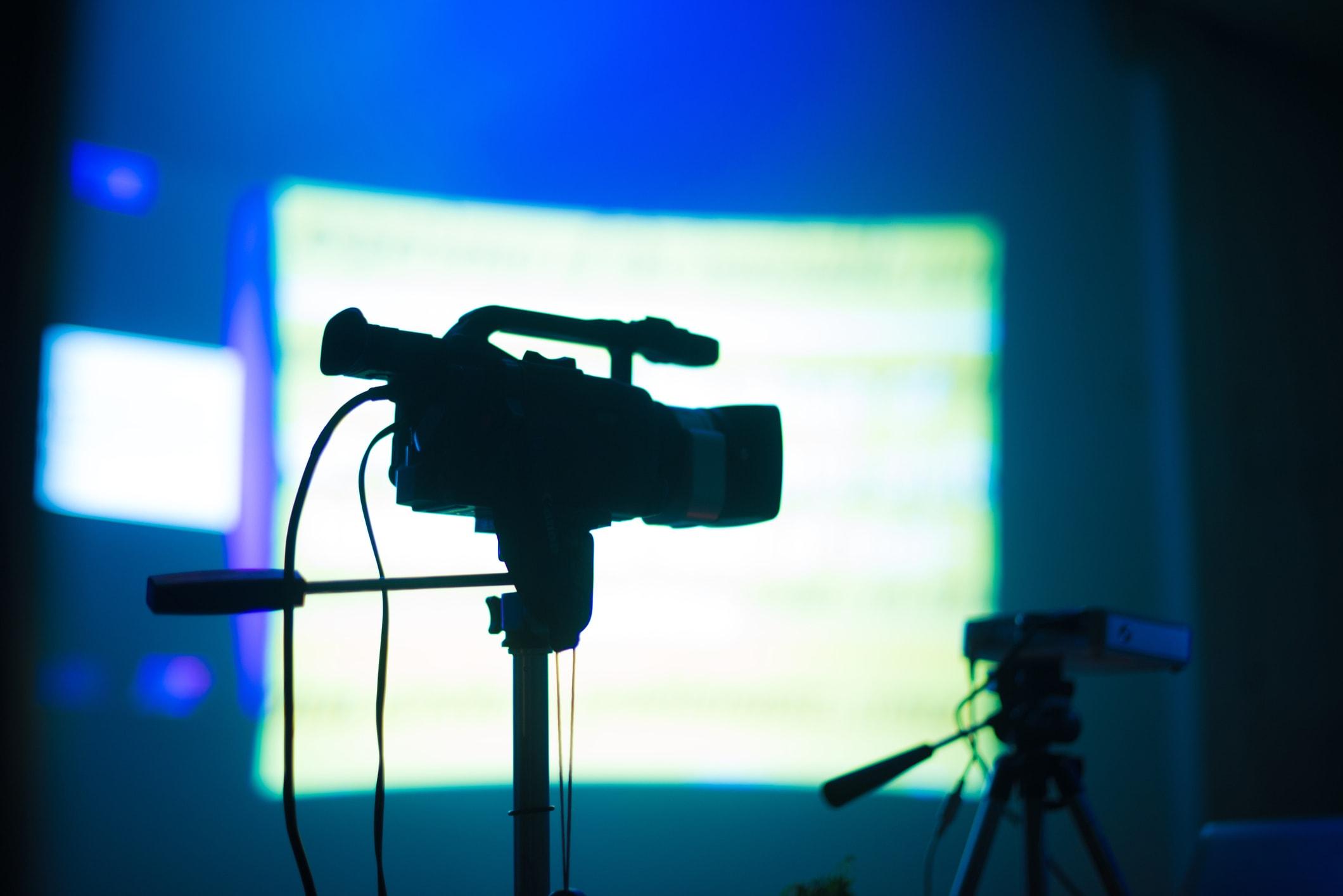 Broadcasting-live-2-PTZ-camera-vs-broadcast-camera1